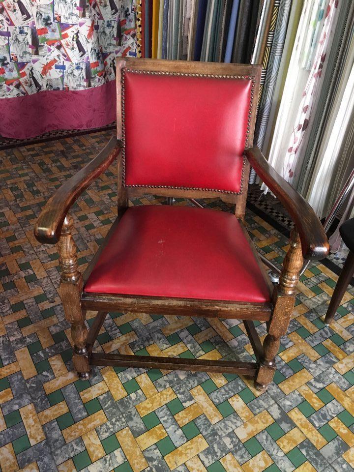 eetkamerstoel rood kunstleder donker houtkleur