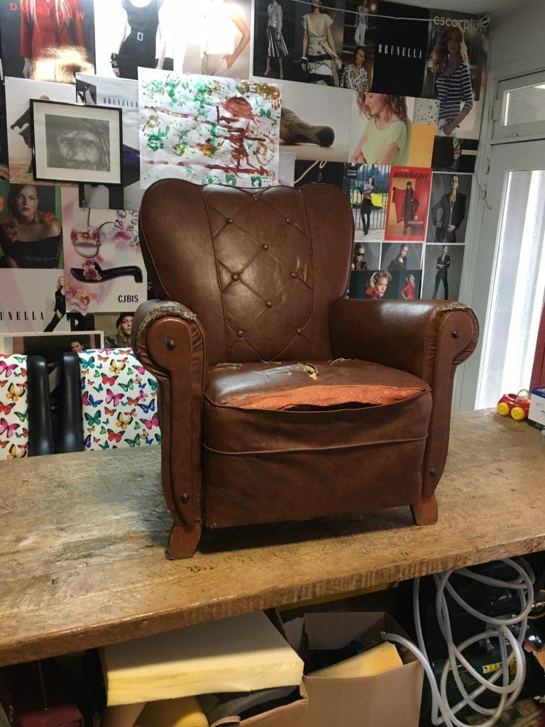 Oude zetel met gescheurde zitting