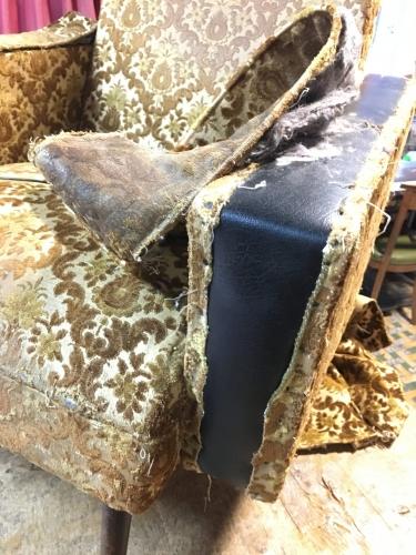 Ander stoflaagje ontdekt bij het verwijderen van de stof van een vintage zetel