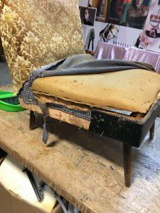 De oude stof wordt verwijderd van de zetel