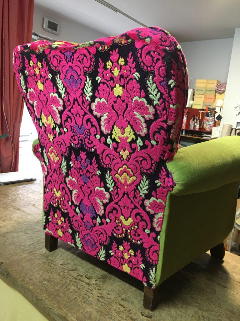 Gebloemde achterzijde van een geherstoffeerde zetel