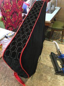 Armsteunen zetel worden afzonder gestoffeerd in Kirkby geometrische print met rode bieskoord