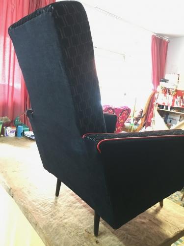 Achterzijde vintage zetel en zijkanten in pikzwarte effen stof