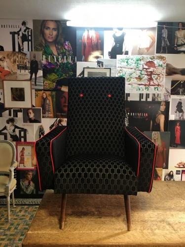 Vintage zetel geherstoffeerd in geometrische print van Kirkby Design