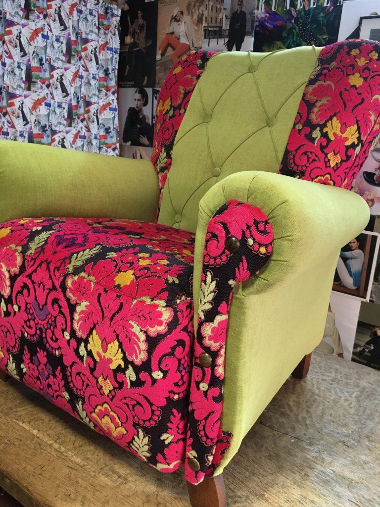Geherstoffeerde zetel in bloemenprint en limoengroene armsteunen en rugleuning.