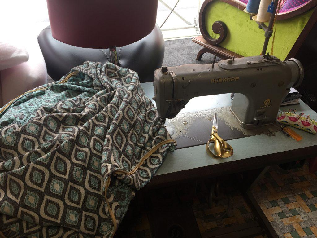 Stuk stof ligt op naaimachine klaar om gestikt te worden.