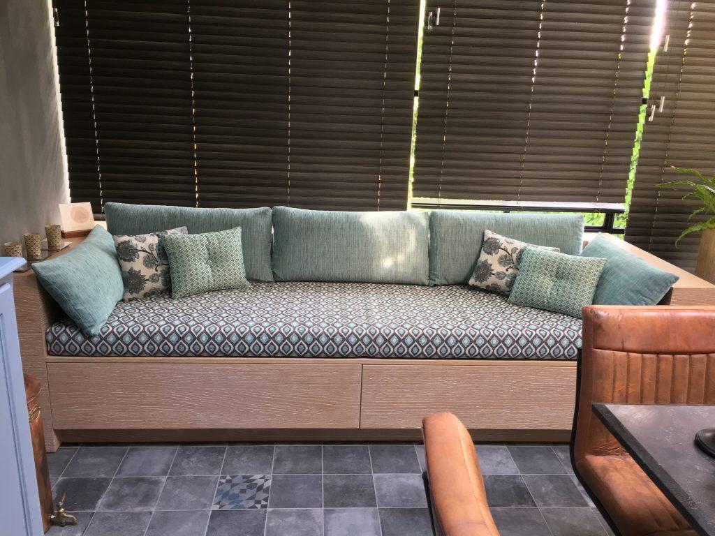 Veranda met zitbank in blauwe kleuren