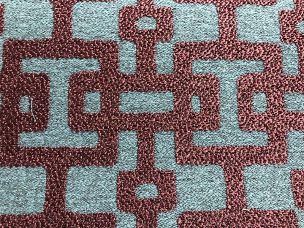 Stof met geometrische print. In turquoise paarse kleur
