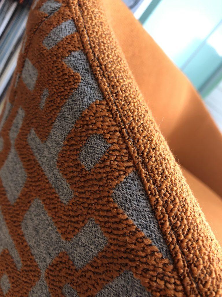 detail herstoffering geometrische print siersteek