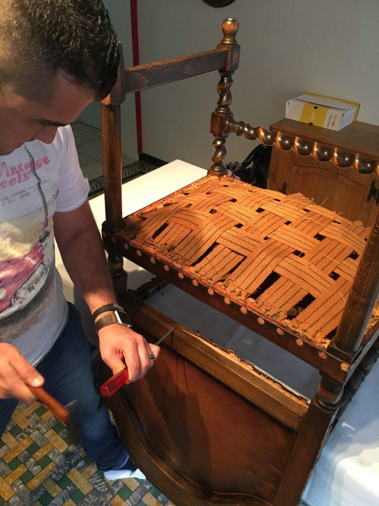 Antieke armstoel wordt gedegarnierd