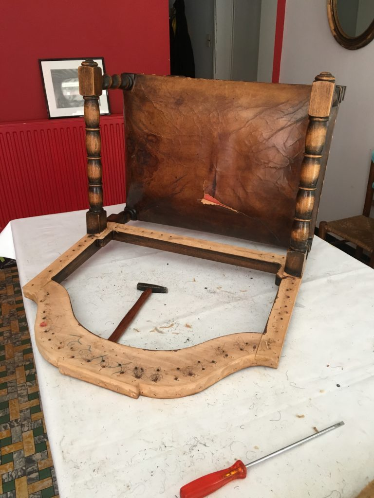 Antieke stoel wordt gedegarnierd