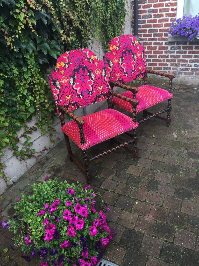 Geherstoffeerde antieke stoelen in felroze kleuren