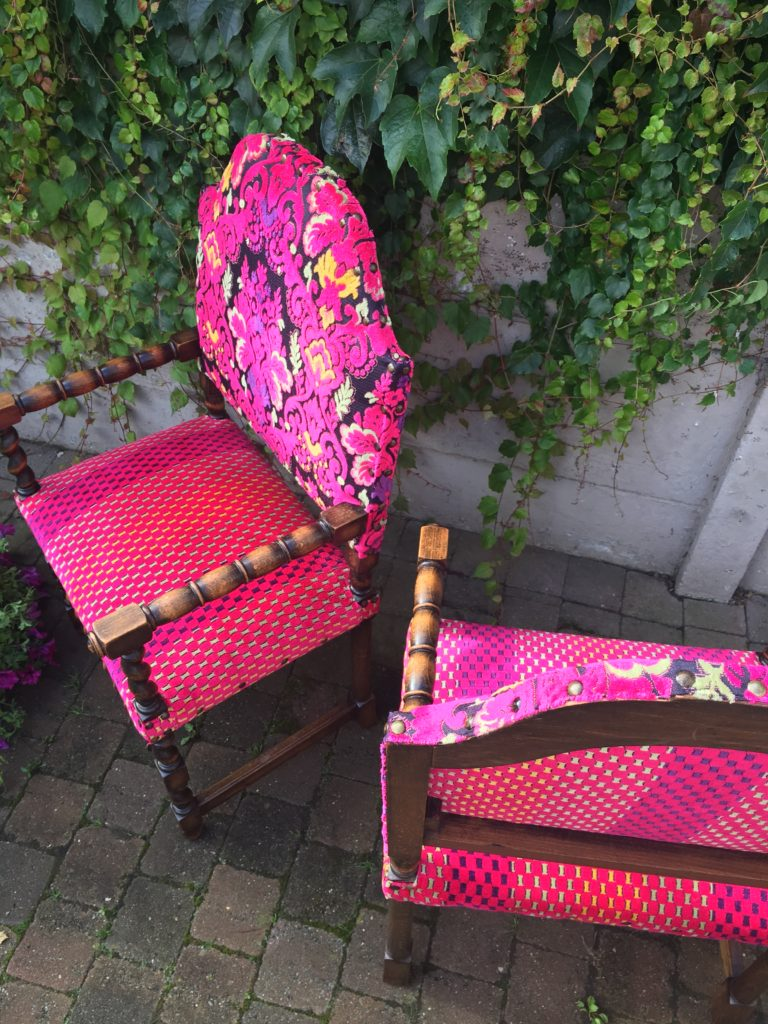Geherstoffeerde antieke stoel in felroze kleuren