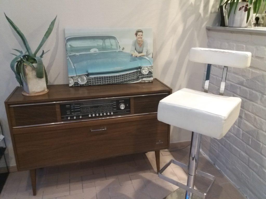 Retro hoekje barstoel en vintage radio