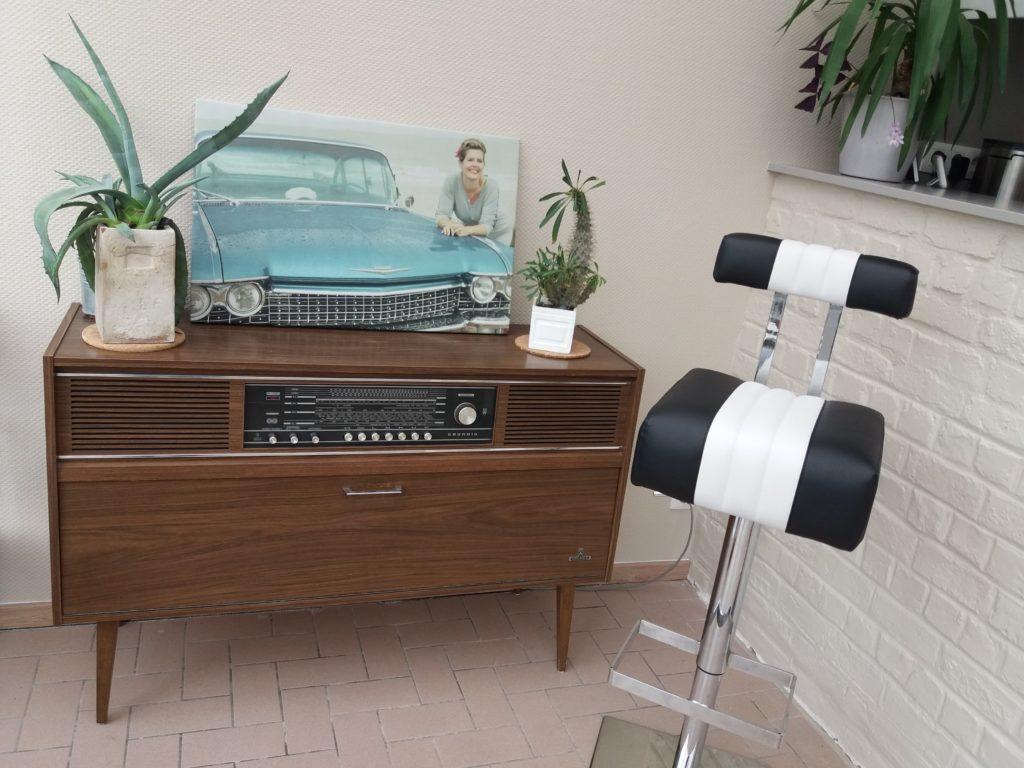 Retro hoekje met vintage radio en barstoel