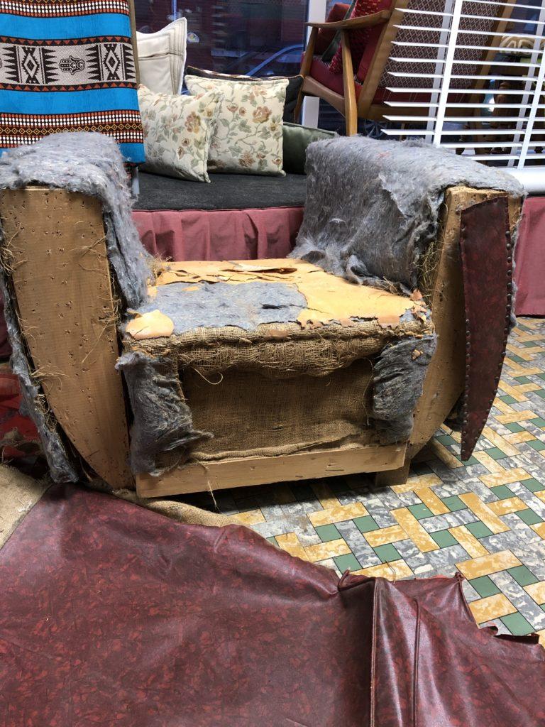Art Deco zetel ontmanteld van zijn bekleding