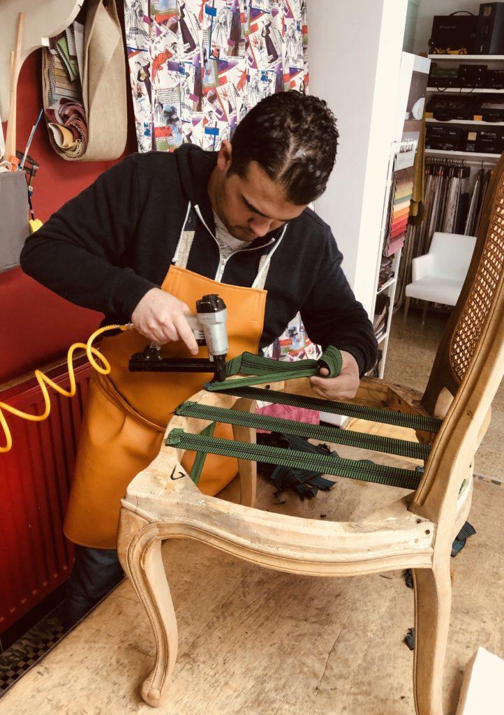 Stoffeerder plaatst nieuwe elastiek banken stoel