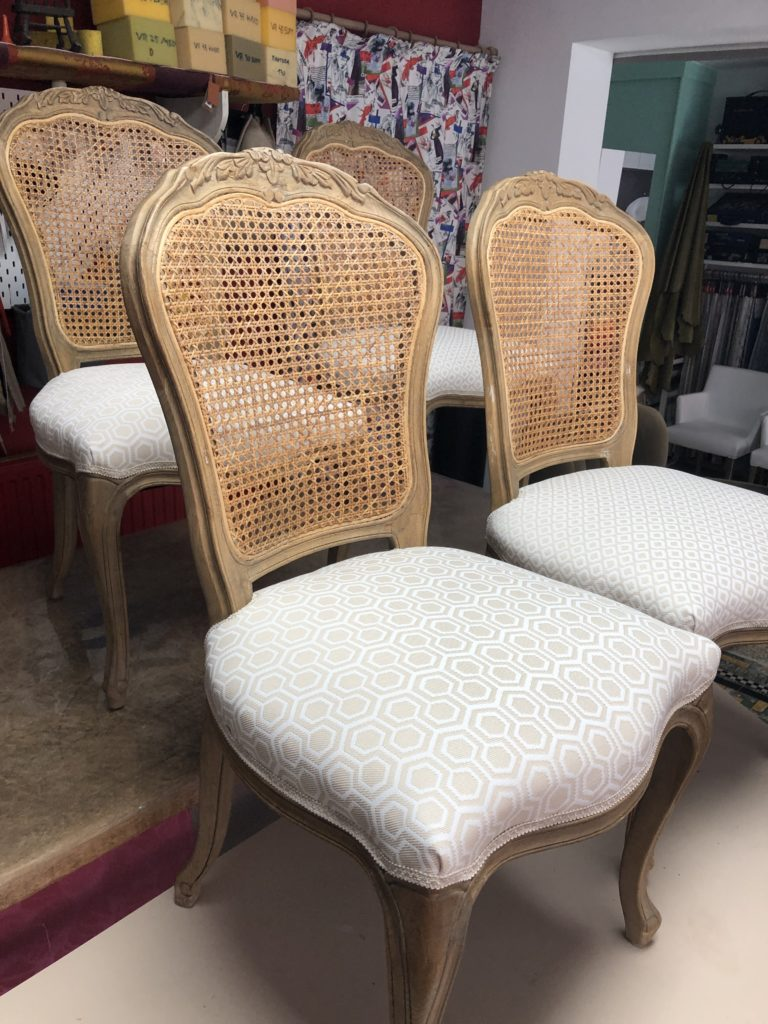 stoelen geherstoffeerd