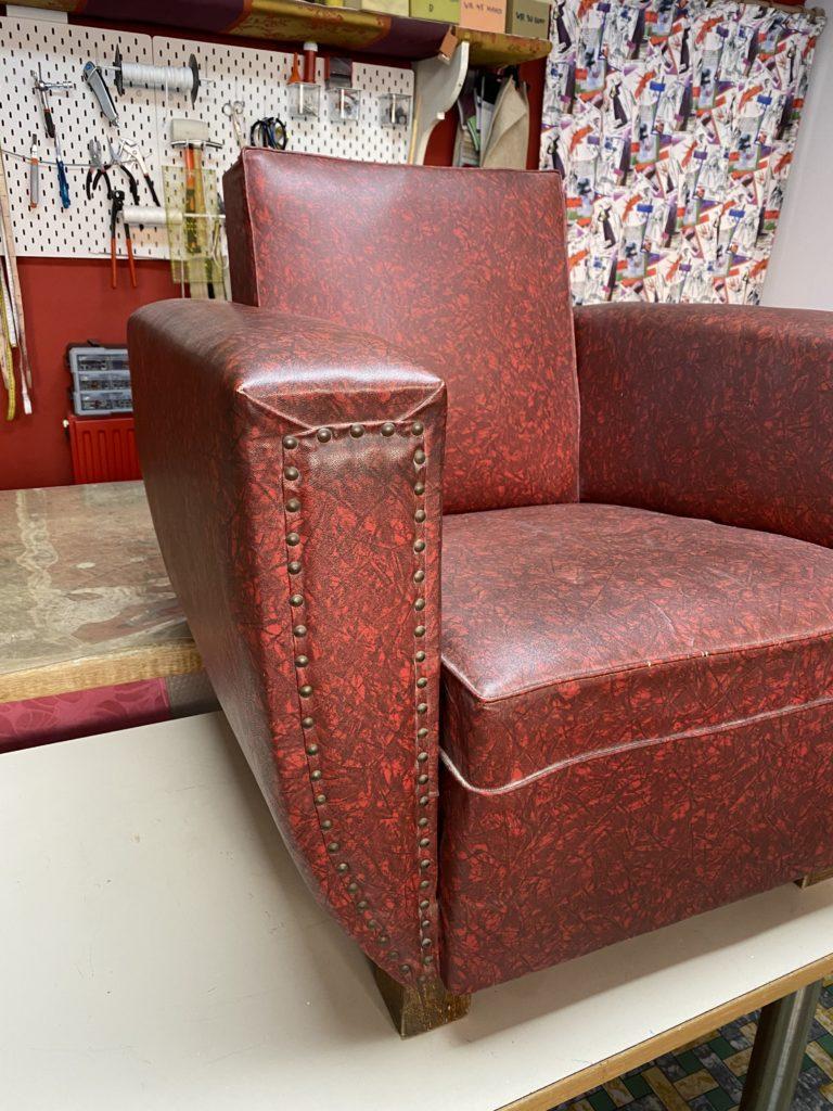 Vintage armzetel in rode kunstlederen bekleding