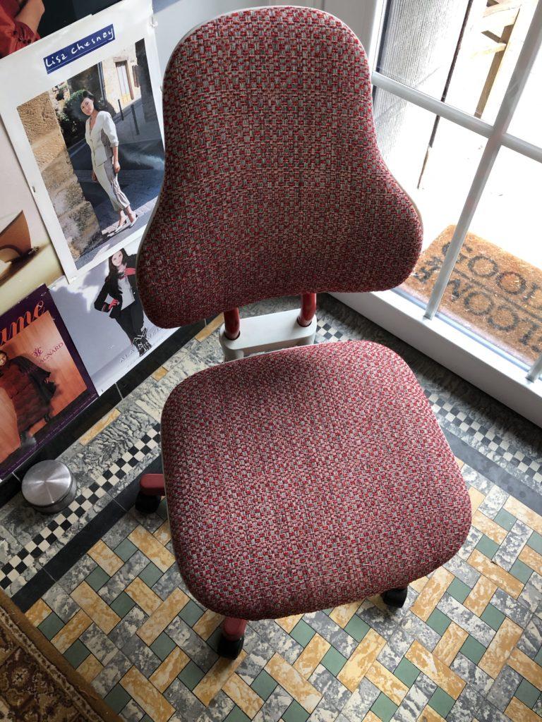 Moll Scooter bureaustoel geherstoffeerd in rode grof geweven stof