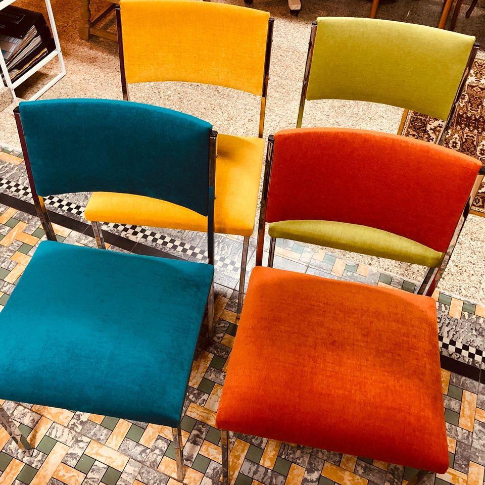 kleurrijke stoelen geherstoffeerd