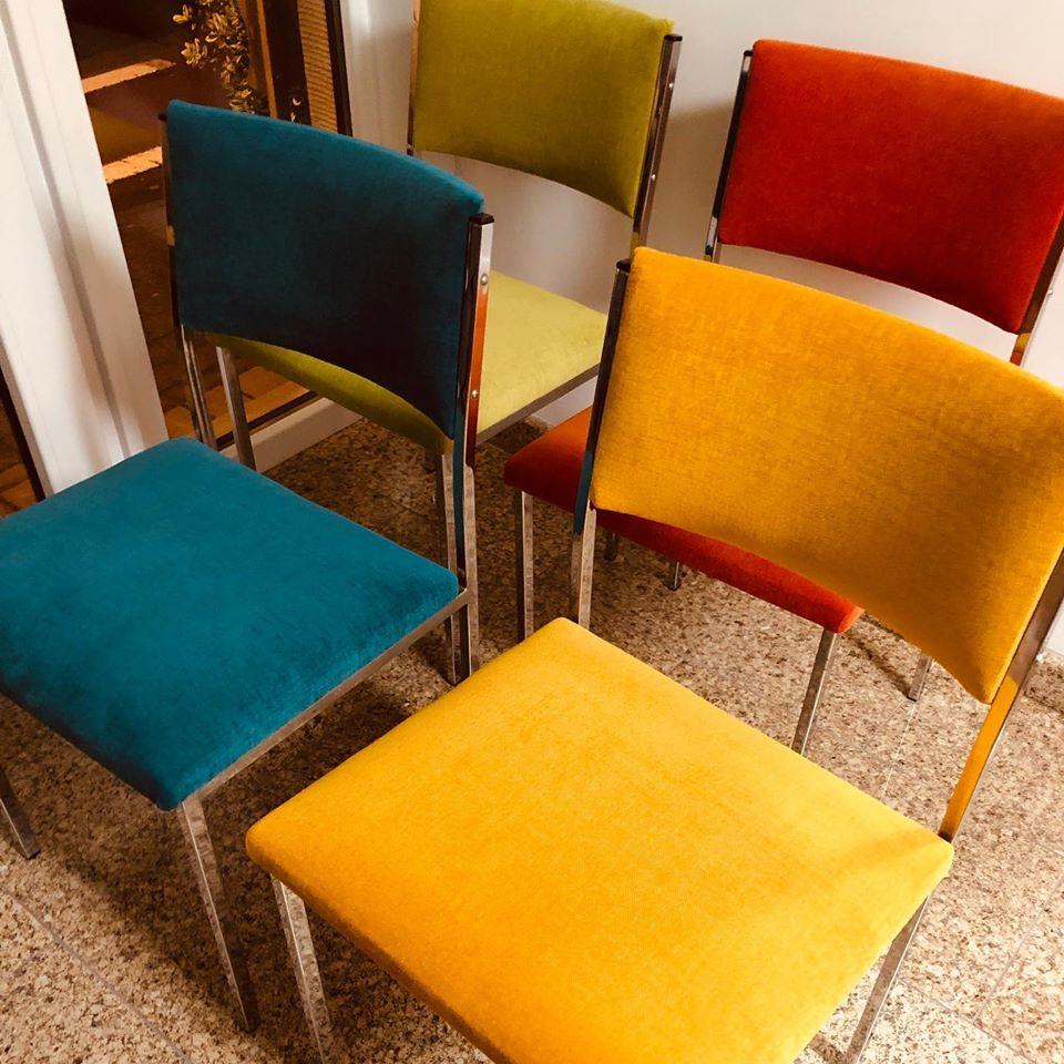 detailopname kleurrijke stoelen geherstoffeerd