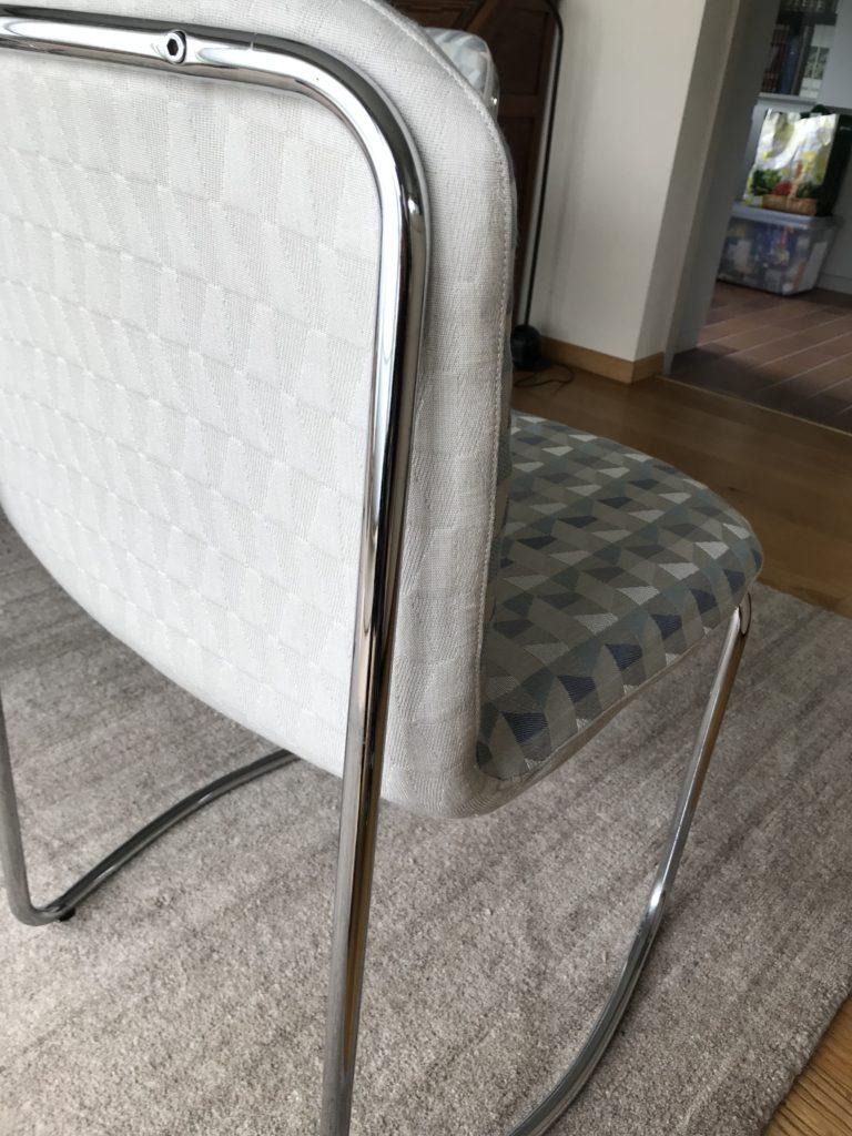 Geherstoffeerde stoel in twee stoffen