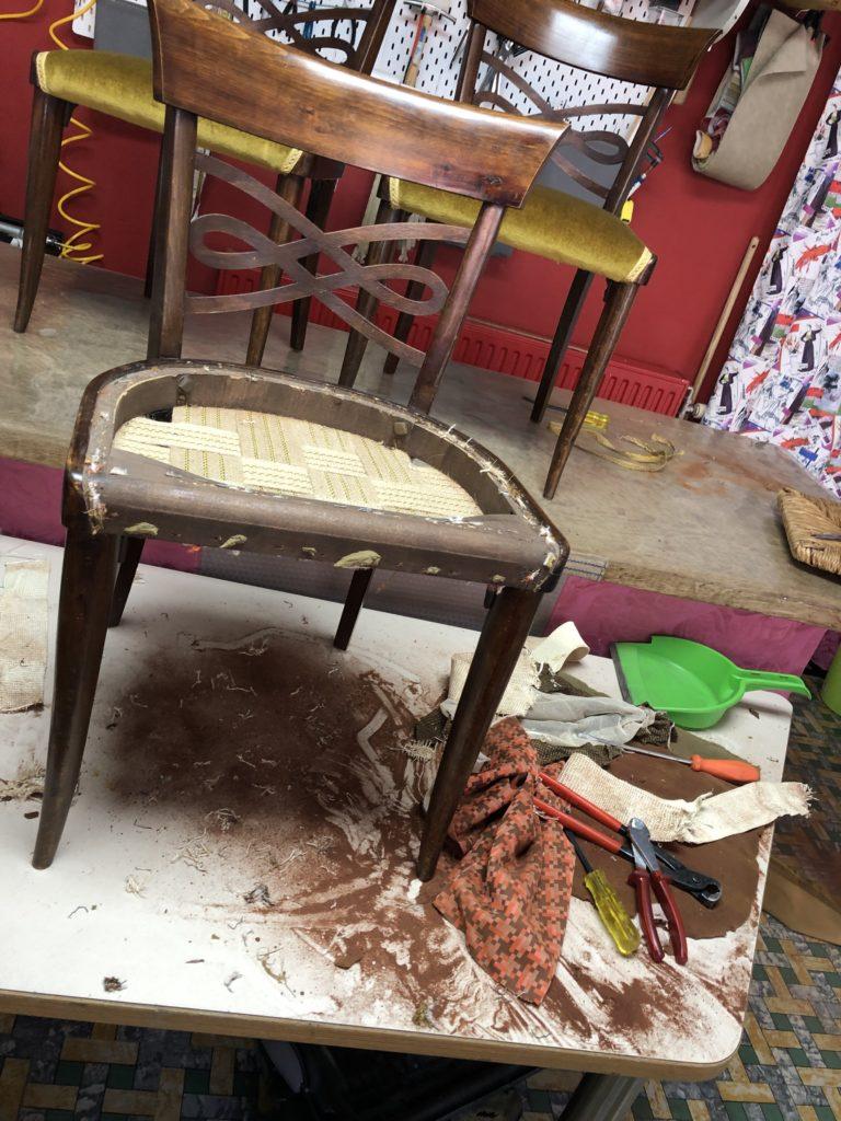 oude materialen verwijderd van eetkamerstoel