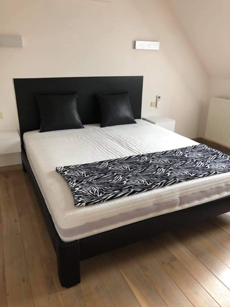 Gestoffeerd bedhoofd en Auping bed
