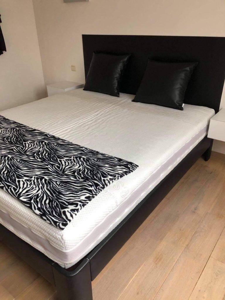 Gestoffeerd hoofdbord en Auping bed