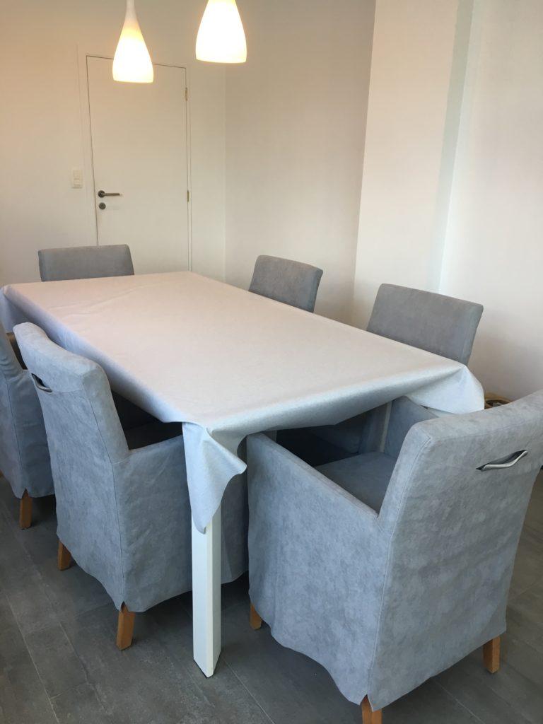 Geherstoffeerde stoelen aan de tafel
