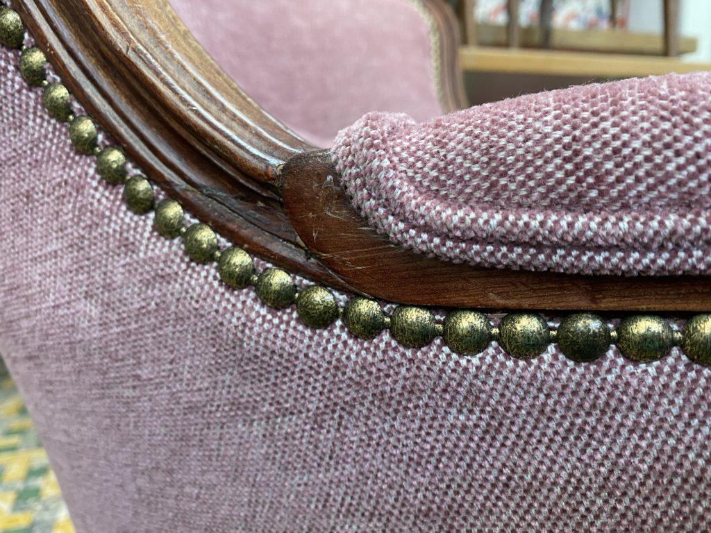 detailopname gestoffeerde zetels met siernagels en bieskoord