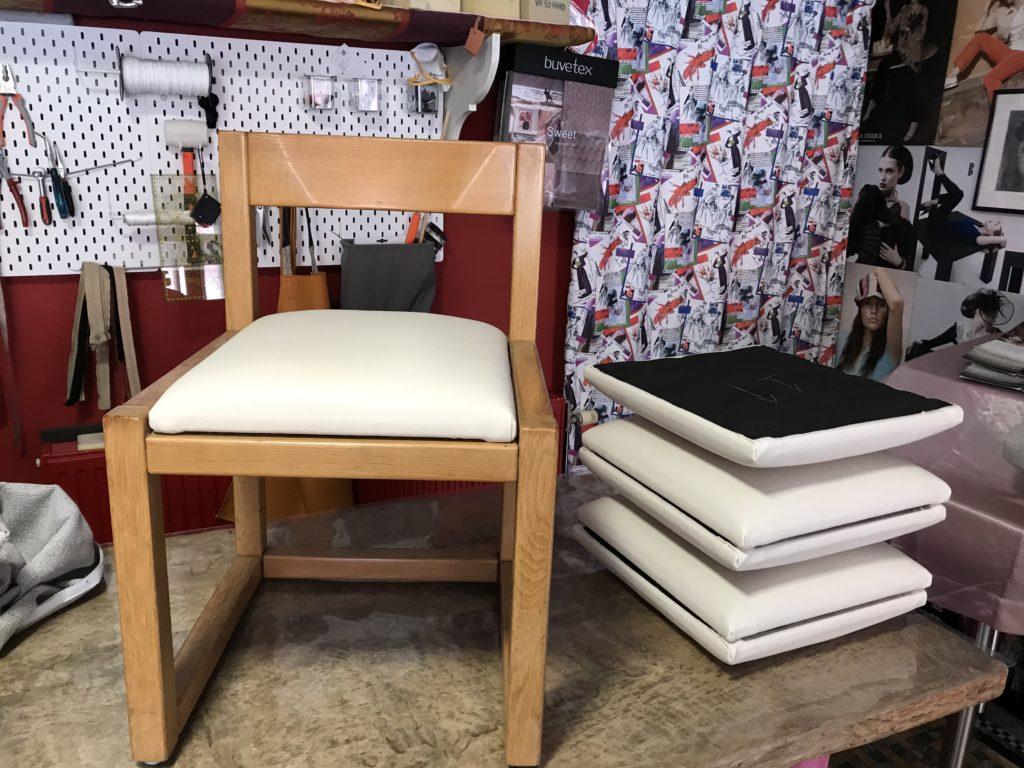 Vernieuwde stoelzitting kunstleder houten frame