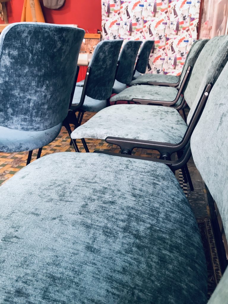 close-up herstoffeerder stoel vintage fluweel