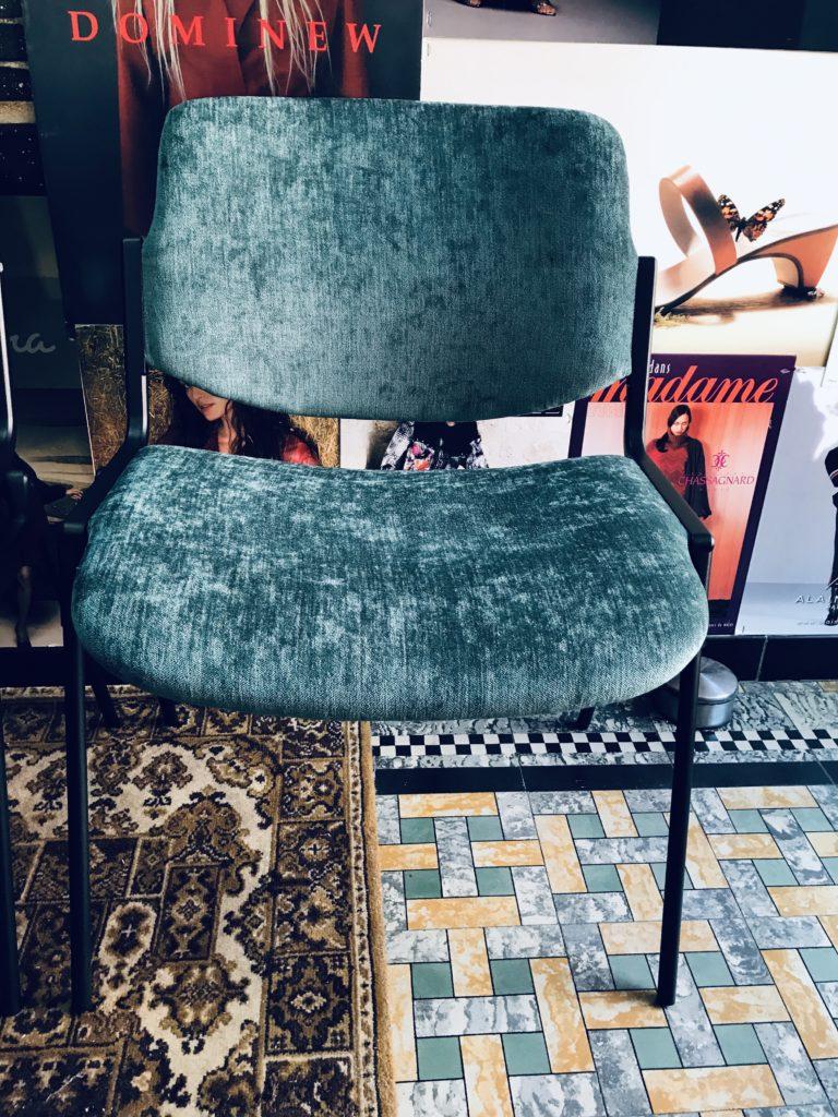 Geherstoffeerde retro stoel in velours blauwe bekleding
