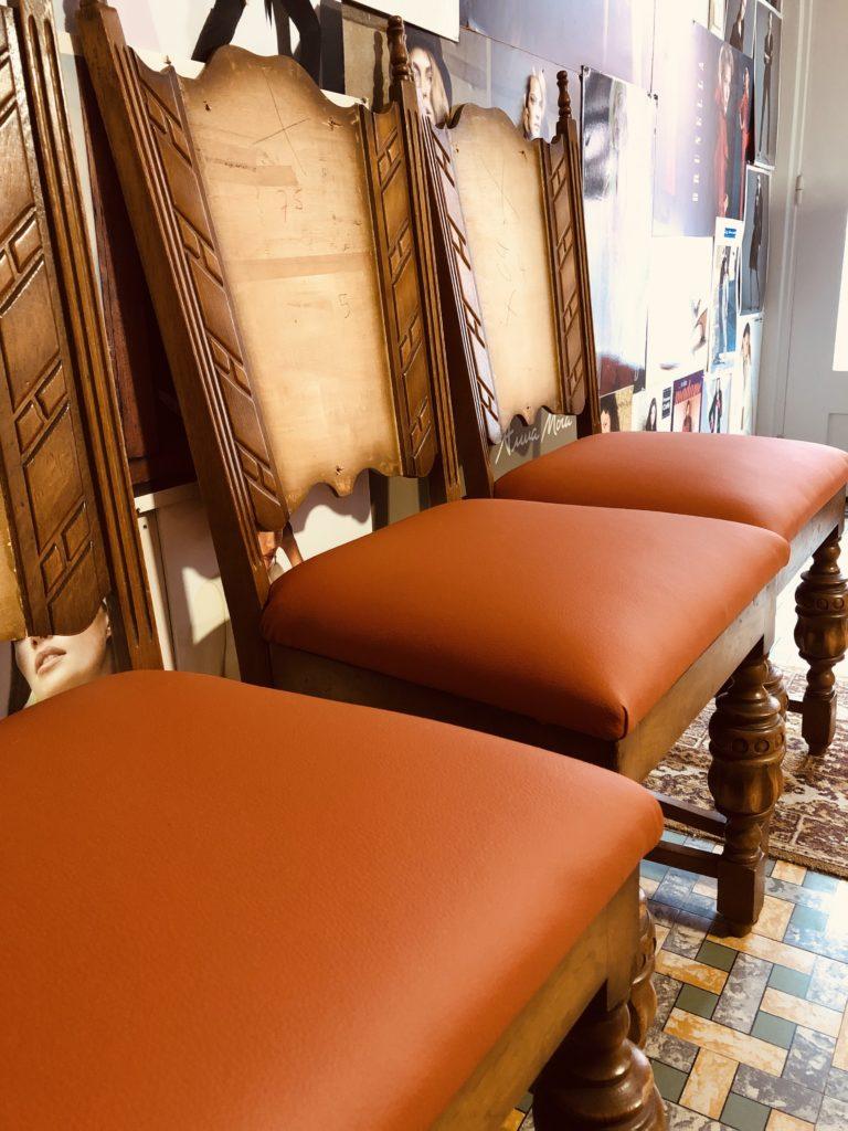 stoel wordt geherstoffeerd in oranje kunstleder