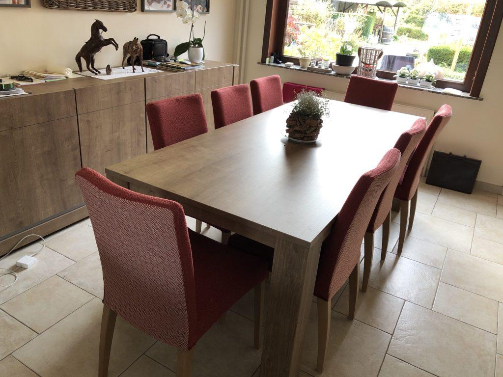 opnieuw gestoffeerde eetkamerstoelen in het rood aan de tafel