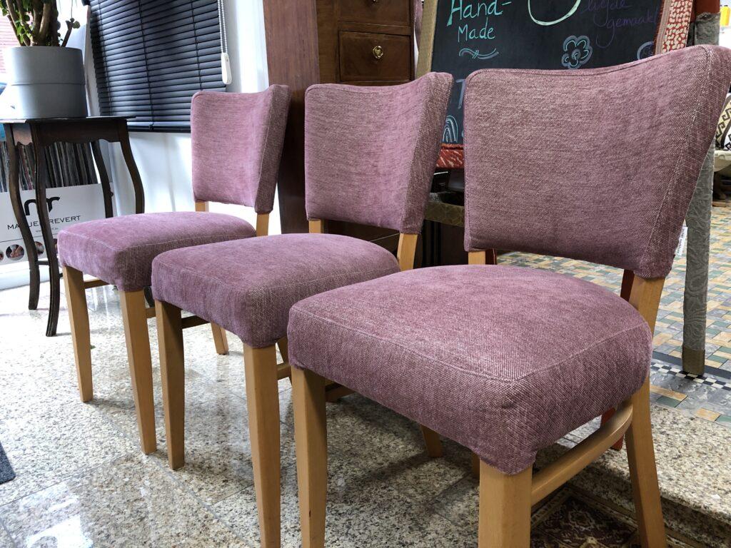 roze stoelen geherstoffeerd