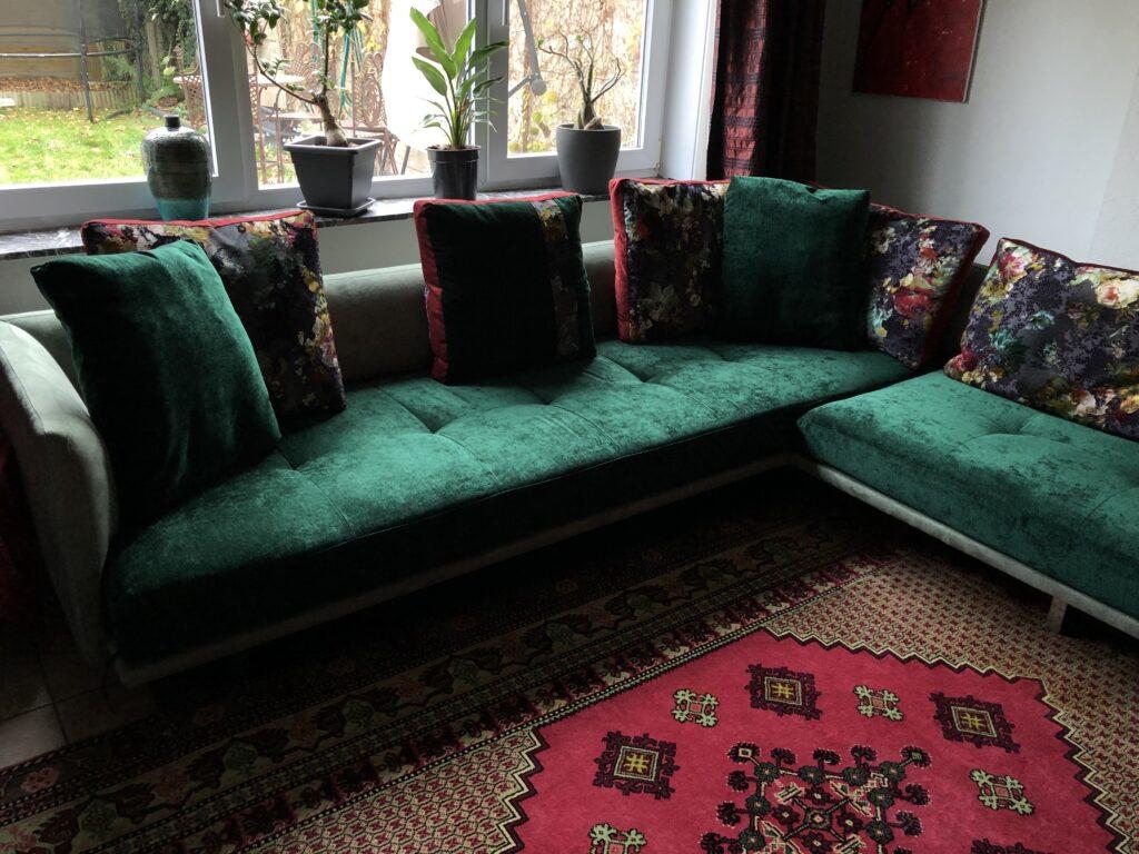 geherstoffeerde prime time hoekbank in vintage groen velours en bloemenprint