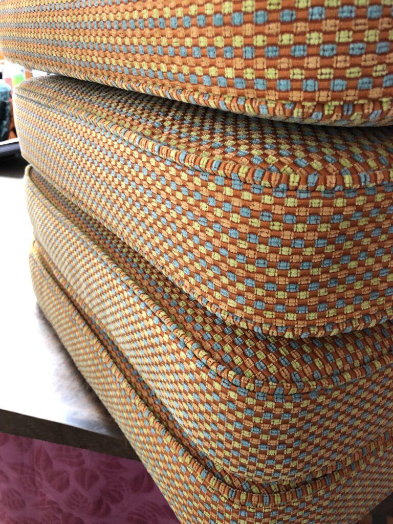 Nieuwe kussens met dubbele bieskoord in fleurig oranje stof